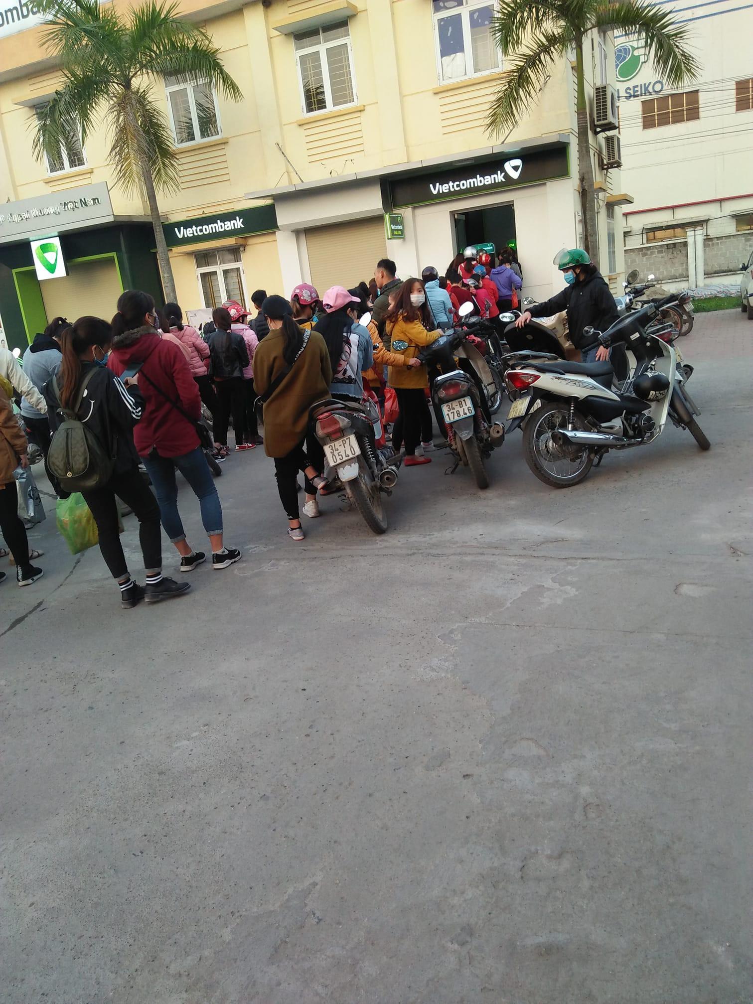 Khổ như đi rút tiền ngày Tết: Chạy xe vài km tìm cây ATM, mang theo cả ghế nhựa ngồi xếp hàng chờ đến lượt 1
