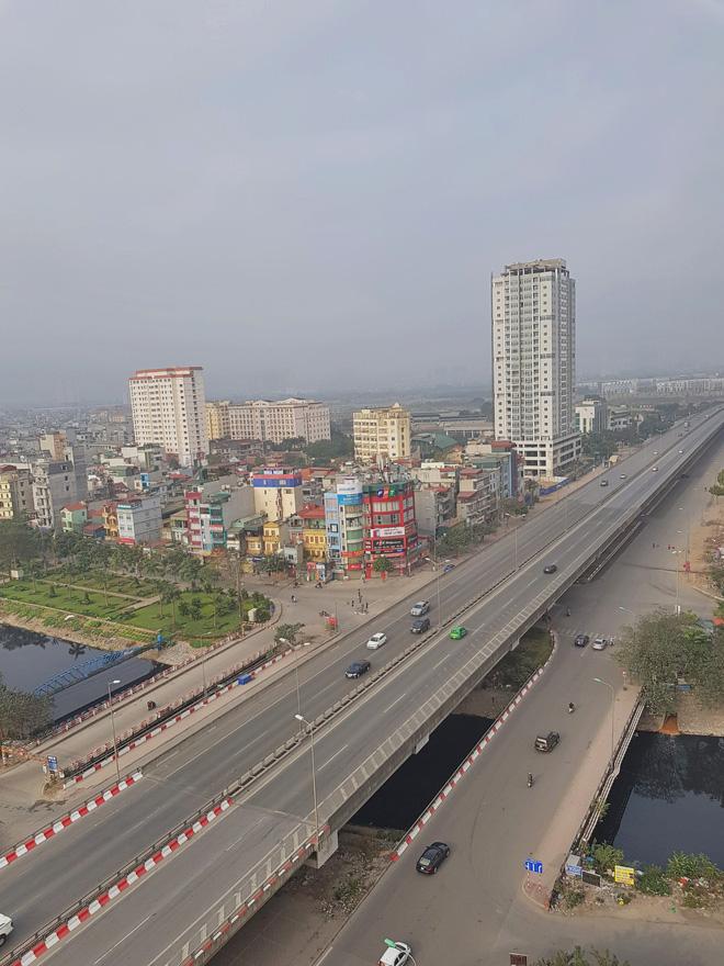 Hình ảnh so sánh trước và sau cho thấy đường phố Hà Nội khác biệt đến lạ thường khi bước sang ngày đầu năm mới 2