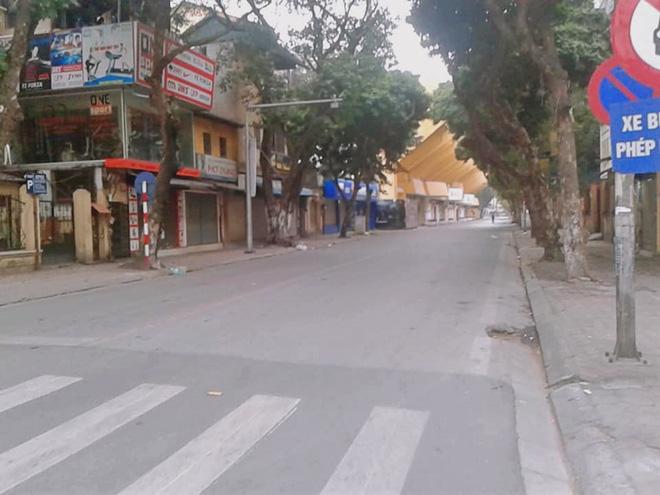Hình ảnh so sánh trước và sau cho thấy đường phố Hà Nội khác biệt đến lạ thường khi bước sang ngày đầu năm mới 4