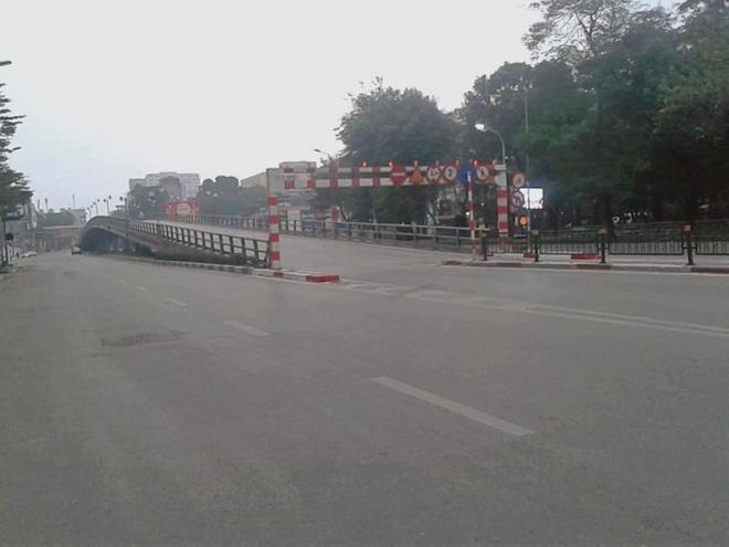 Hình ảnh so sánh trước và sau cho thấy đường phố Hà Nội khác biệt đến lạ thường khi bước sang ngày đầu năm mới 7