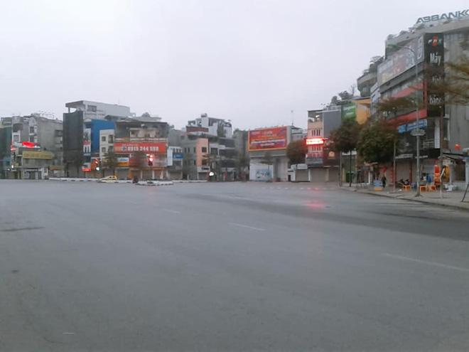 Hình ảnh so sánh trước và sau cho thấy đường phố Hà Nội khác biệt đến lạ thường khi bước sang ngày đầu năm mới 8