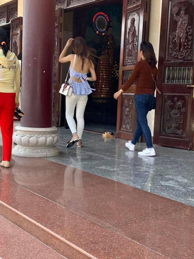 Hình ảnh Đi lễ chùa đầu năm, nhiều cô gái mặc trang phục xộc xệch, thiếu vải gây nhức mắt số 5