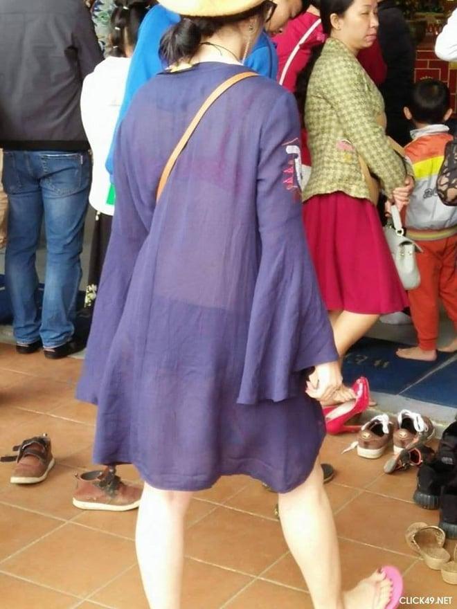 Hình ảnh Đi lễ chùa đầu năm, nhiều cô gái mặc trang phục xộc xệch, thiếu vải gây nhức mắt số 3