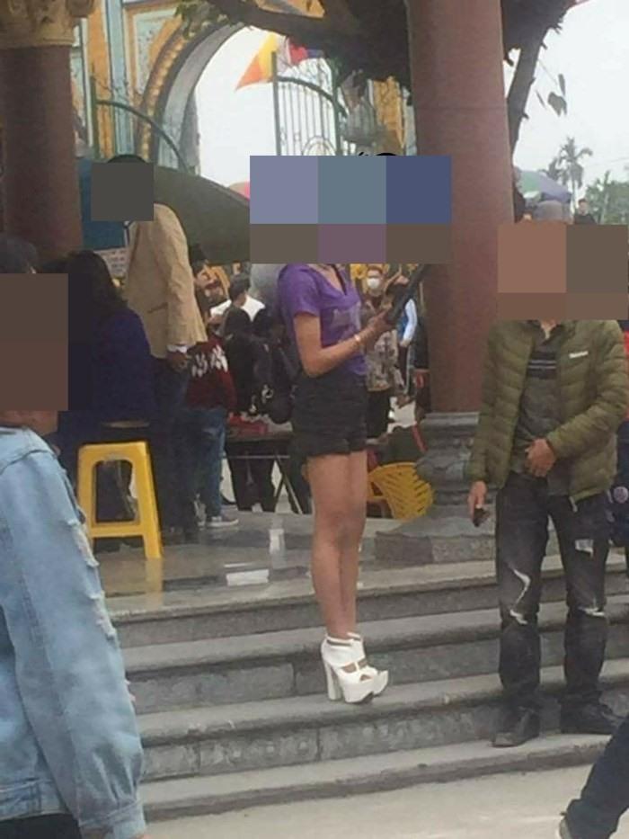 Hình ảnh Đi lễ chùa đầu năm, nhiều cô gái mặc trang phục xộc xệch, thiếu vải gây nhức mắt số 10