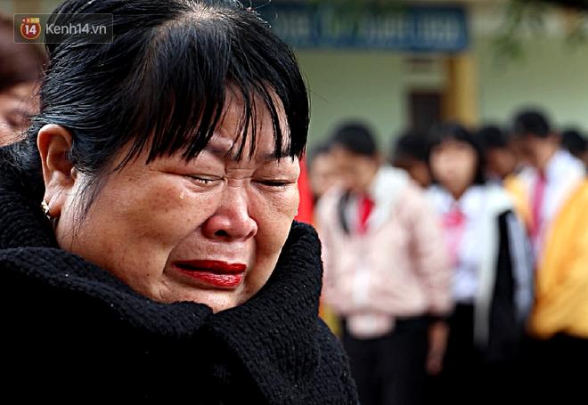 Buổi chào cờ đầu năm mới chìm trong nước mắt ở ngôi trường có 6 học sinh đuối nước thương tâm - Ảnh 5.