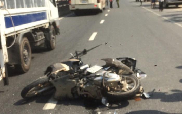 Hình ảnh Va chạm với xe khách, 2 cha con tử vong thương tâm số 1