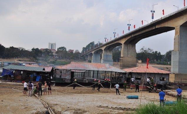 Hình ảnh Bà hỏa thiêu rụi nhà hàng nổi trên sông Lô, cột khói bốc lên nghi ngút số 3