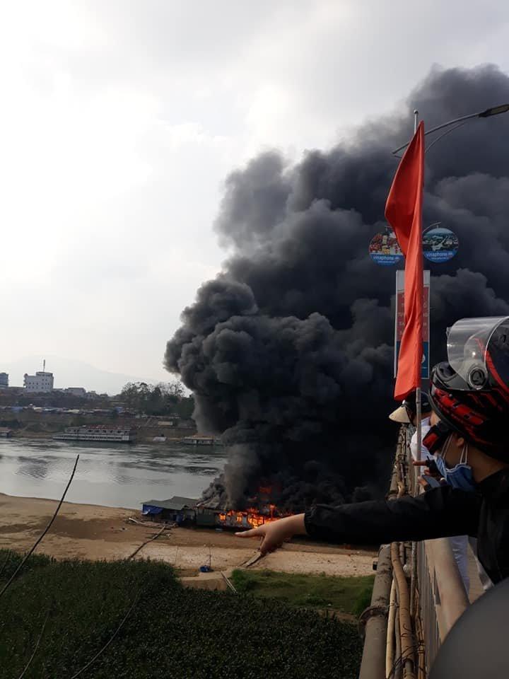 Hình ảnh Bà hỏa thiêu rụi nhà hàng nổi trên sông Lô, cột khói bốc lên nghi ngút số 1