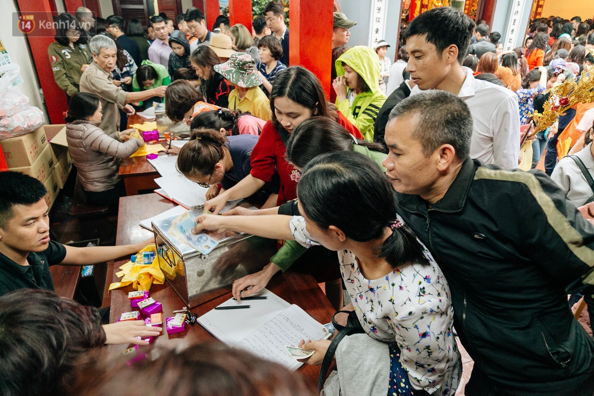 Ảnh, clip: Phủ Tây Hồ và chùa Trấn Quốc ken đặc người trong ngày đi làm đầu tiên của năm mới 2019 - Ảnh 12.