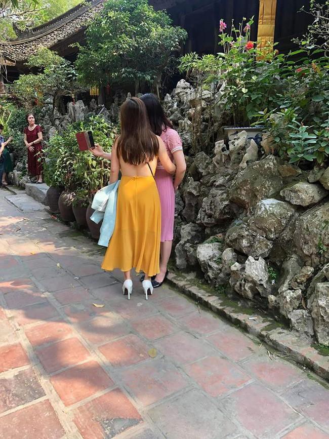 Hình ảnh Đầu năm lên chùa lễ Phật, cô gái khiến ai cũng sốc vì mặc váy mỏng, hở cả tấm lưng trần số 1