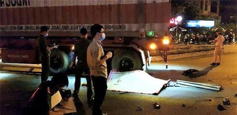 Hình ảnh Tai nạn thảm khốc: Xe máy tông ô tô đầu kéo, 3 người thương vong số 1