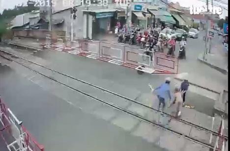 Hình ảnh Thót tim hai nữ nhân viên gác chắn lao tới cứu cụ bà trước đầu tàu hỏa số 2