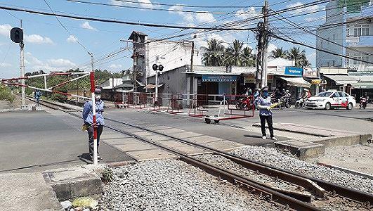 Hình ảnh Thót tim hai nữ nhân viên gác chắn lao tới cứu cụ bà trước đầu tàu hỏa số 3