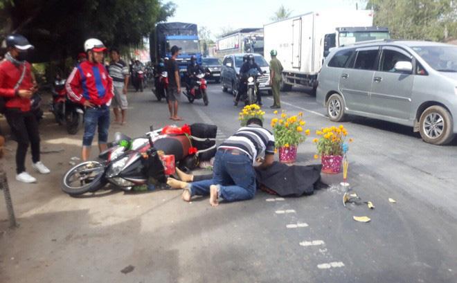 Chồng gào khóc ôm thi thể vợ bị xe khách cán tử vong trên đường trở lại thành phố sau kỳ nghỉ Tết 1
