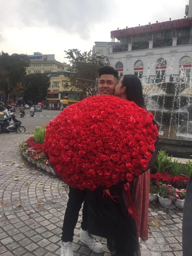 Lê Âu Ngân Anh bất ngờ được 'soái ca' tặng bó hoa hồng khổng lồ ở Hà Nội 2