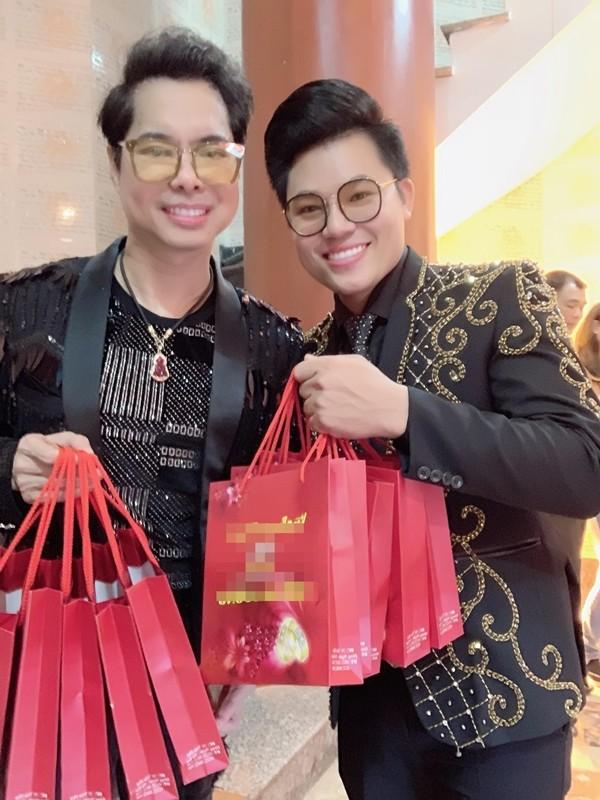 Hình ảnh Ngọc Sơn chi 100 triệu đồng mua vàng ngày vía thần tài số 2