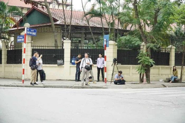 Nhiều phóng viên quốc tế túc trực bên ngoài sứ quán Triều Tiên 1