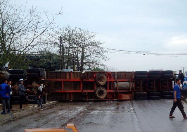 Xe container đâm liên hoàn trên quốc lộ 1A, 8 người gặp nạn 1