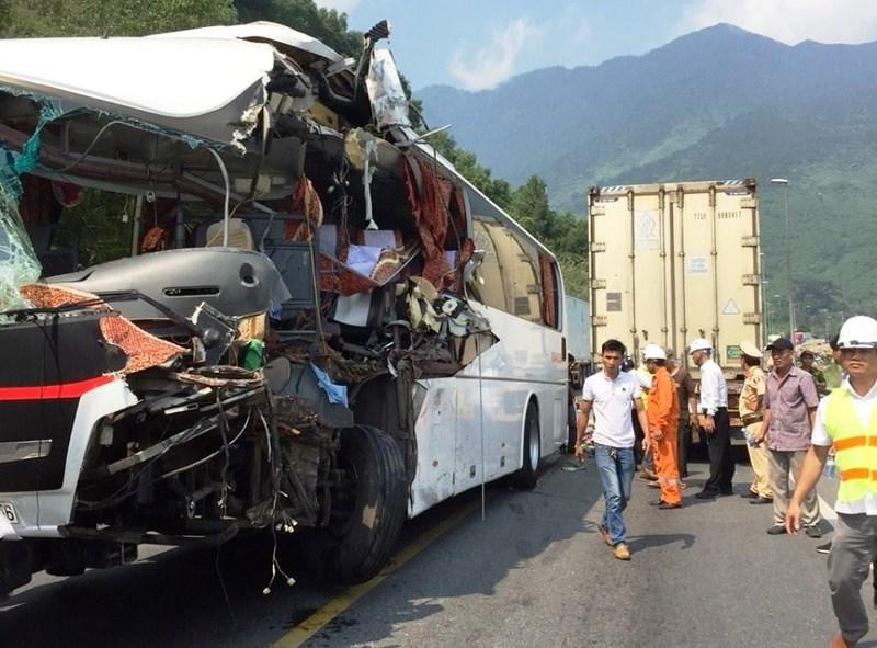 Xe khách đấu đầu container trước cửa hầm Hải Vân, 11 du khách nước ngoài bị thương 2