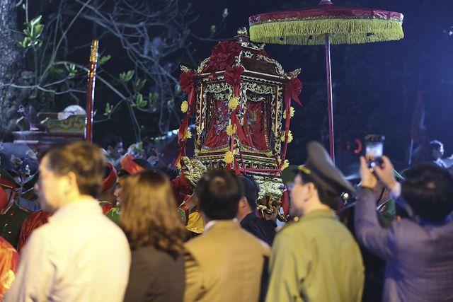 Khai ấn đền Trần: Kiệu rước hứng mưa tiền lẻ, người dân thức trắng đêm vạ vật xin ấn 1