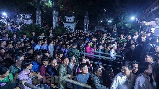 Khai ấn đền Trần: Kiệu rước hứng mưa tiền lẻ, người dân thức trắng đêm vạ vật xin ấn 4