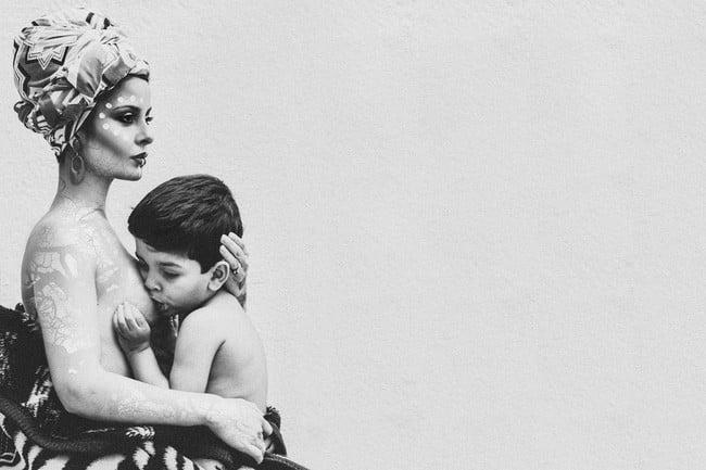 Người mẹ bị sỉ nhục, gọi là kẻ ấu dâm vì vẫn cho con trai 4 tuổi bú 3