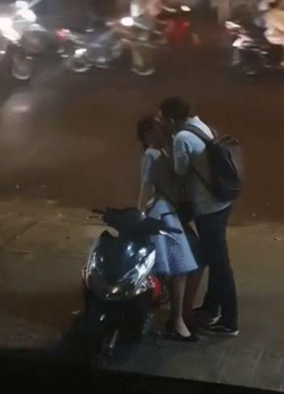 Nụ hôn tạm biệt vội vã chụp trên đường của cặp đôi gây bão MXH 1