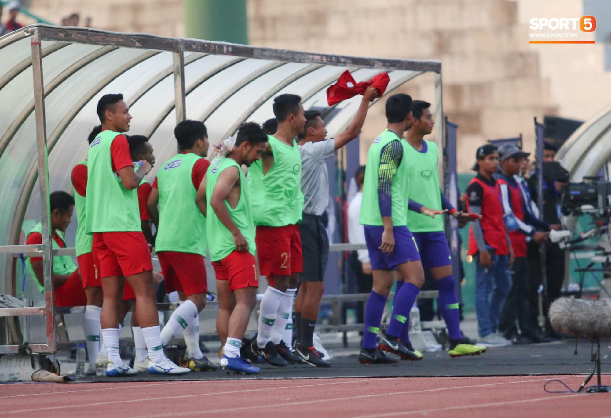 Indonesia ăn mừng quá khích, thành viên BHL U22 Việt Nam nổi điên 3