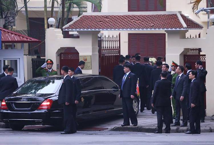 Chủ tịch Kim Jong Un rời khách sạn đến Đại sứ quán Triều Tiên 1