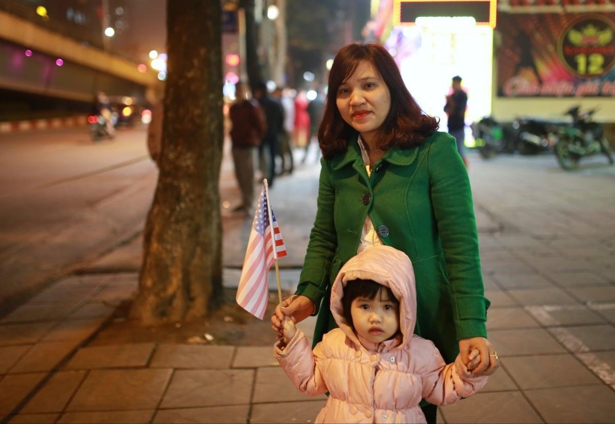 Người dân Hà Nội đứng kín đường đón Tổng thống Mỹ 4