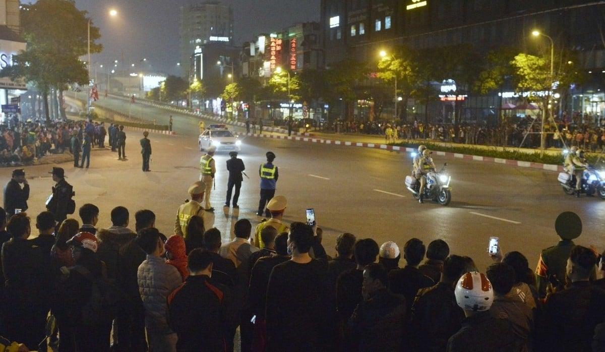 Người dân Hà Nội đứng kín đường đón Tổng thống Mỹ 5