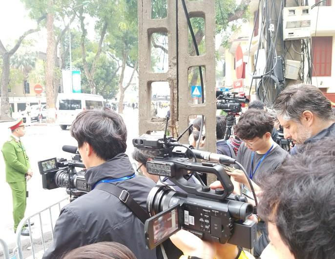 Chủ tịch Kim Jong Un rời khách sạn đến Đại sứ quán Triều Tiên 2