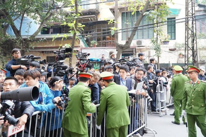 Chủ tịch Kim Jong Un rời khách sạn đến Đại sứ quán Triều Tiên 3