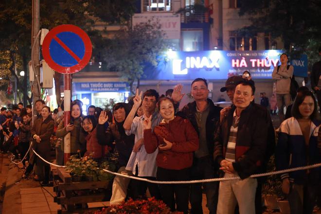 Người dân Hà Nội đứng kín đường đón Tổng thống Mỹ 1