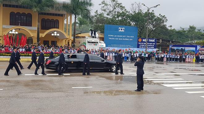 Cận cảnh dàn vệ sĩ của của ông Kim Jong Un chạy bộ quanh xe ở Đồng Đăng 3