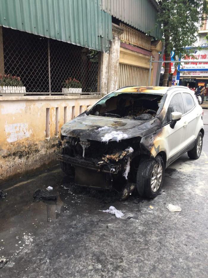 Điều tra nguyên nhân chiếc xe bất ngờ bốc cháy khi đang đỗ trong ngõ 2