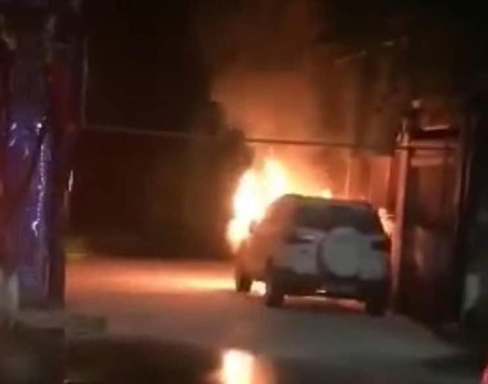 Điều tra nguyên nhân chiếc xe bất ngờ bốc cháy khi đang đỗ trong ngõ 4