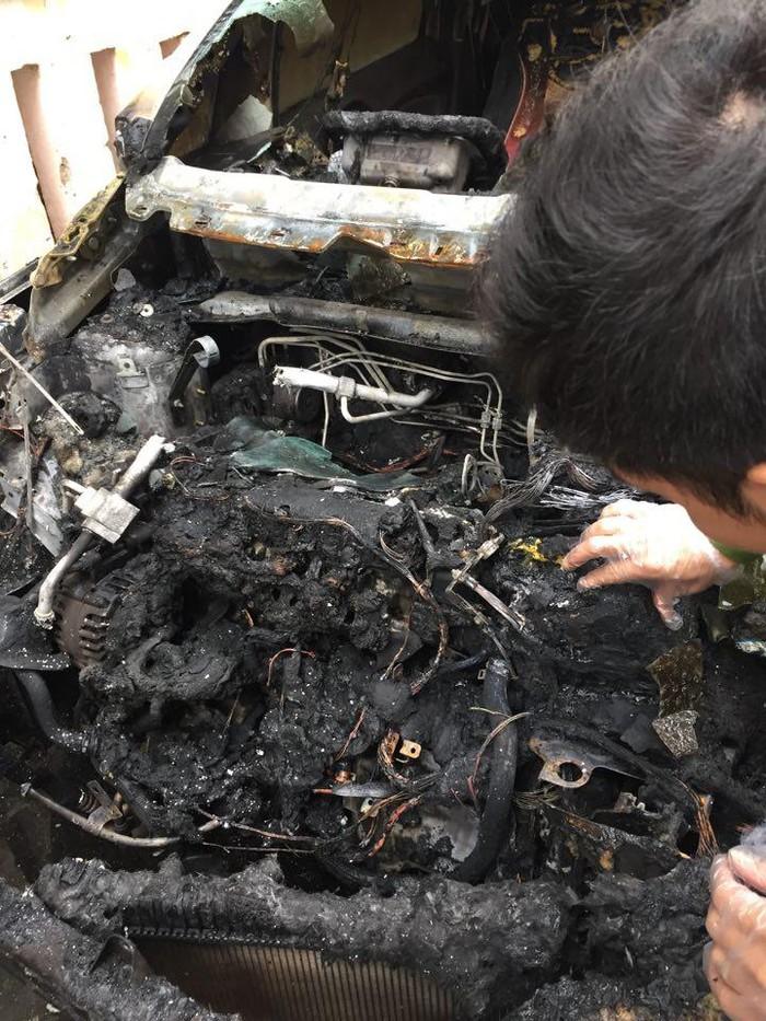 Điều tra nguyên nhân chiếc xe bất ngờ bốc cháy khi đang đỗ trong ngõ 3