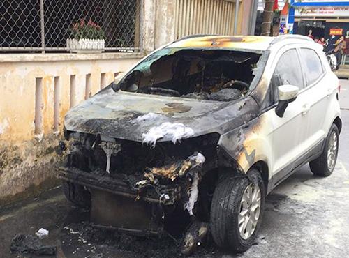 Điều tra nguyên nhân chiếc xe bất ngờ bốc cháy khi đang đỗ trong ngõ 1