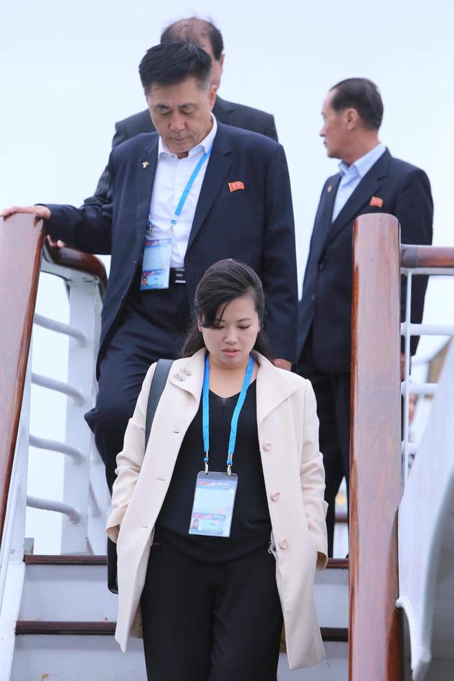 Nữ ca sĩ tháp tùng ông Kim Jong-un 'đẹp bất chấp' trên du thuyền Hạ Long 2