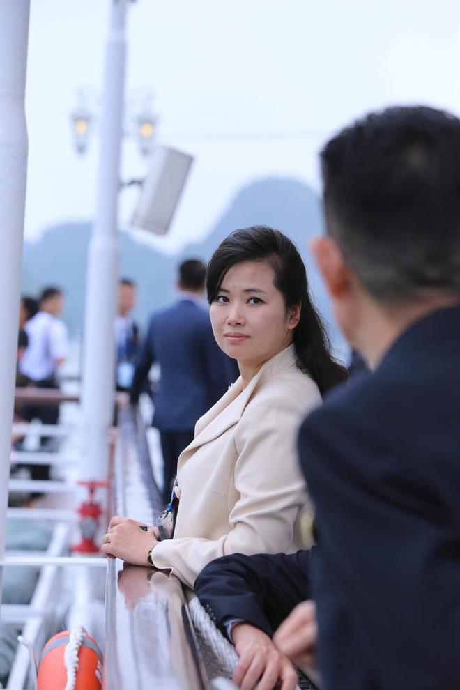 Nữ ca sĩ tháp tùng ông Kim Jong-un 'đẹp bất chấp' trên du thuyền Hạ Long 3