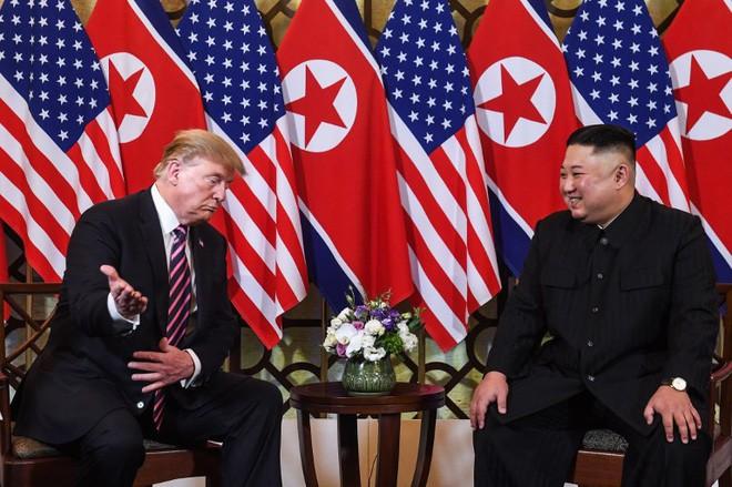 Chùm ảnh TT Donald Trump rạng rỡ bắt chặt tay Chủ tịch Kim Jong Un 5
