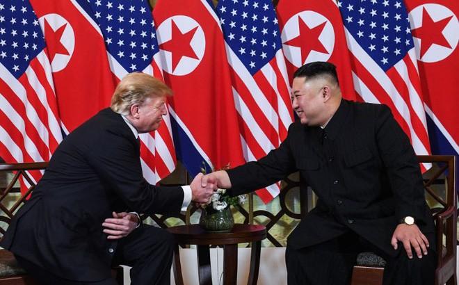 Chùm ảnh TT Donald Trump rạng rỡ bắt chặt tay Chủ tịch Kim Jong Un 6