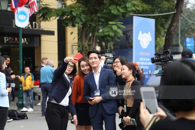 Nam phóng viên Hàn Quốc bị chị em công sở bủa vây đòi chụp ảnh cùng 3