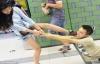 Nghiện điện thoại, chàng trai bị bạn gái thẳng tay bạo hành nơi công cộng