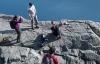 Gia đình đặt con nhỏ ở mép vách núi dựng đứng để chụp ảnh gây phẫn nộ