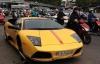 Siêu xe Lamborghini thay bánh giữa phố Sài Gòn gây bão mạng