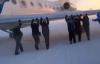 Nga: Máy bay bị đóng băng, toàn bộ hành khách phải xúm vào đẩy