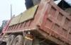 Xe tải đổ vào nhà dân làm tường nhà thủng, nứt toác