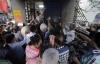 Hàng trăm người kéo đến biệt thự của Ngọc Sơn nhận tiền và gạo